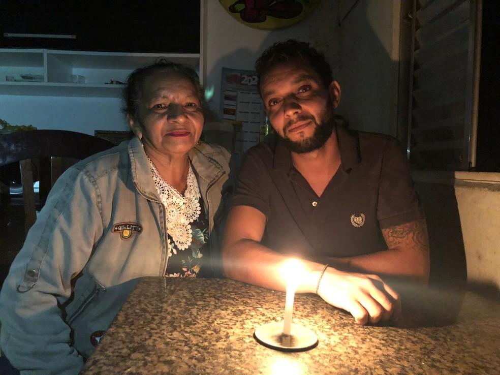 Olavo com sua mãe, a dona de casa Marcília  — Foto: Glauco Araujo/ G1