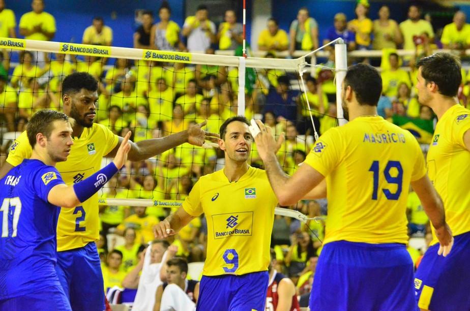 Diante de 10 mil, Brasil volta a vencer os EUA em duelo decidido no tie break
