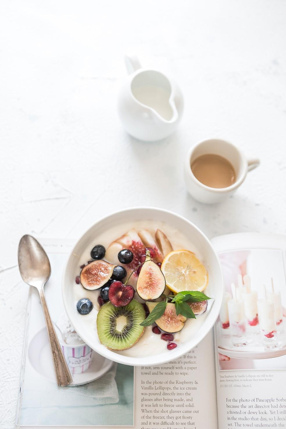 Uma refeição equilibrada e uma boa leitura são pontos essenciais para dormir melhor — Foto: Unsplash/Divulgação