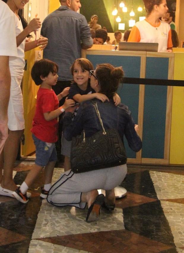 Alinne Moraes e o filho, Pedro (Foto: AgNews)