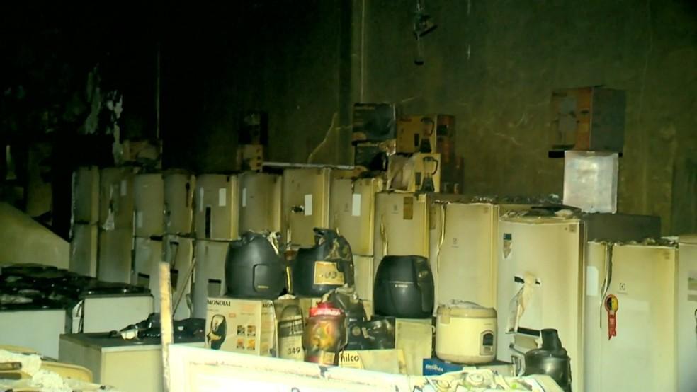 Interior da loja destruído após incêndio; imagens são da manhã desta sexta-feira (15) (Foto: Luciney Araújo/ TV Gazeta)