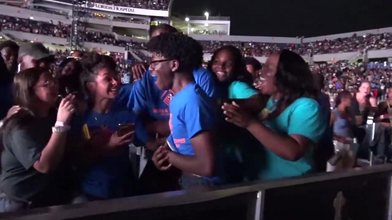 o jovem Keshawn Morgan emocionado em meio a amigos e familiares após o anúncio da bolsa de US$ 100 mil oferecida a ele por Beyoncé e Jay-Z (Foto: Facebook)