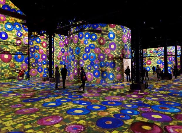 Há, literalmente, arte em todos os cantos do Atelier des Lumières (Foto: Deezen/ Reprodução)