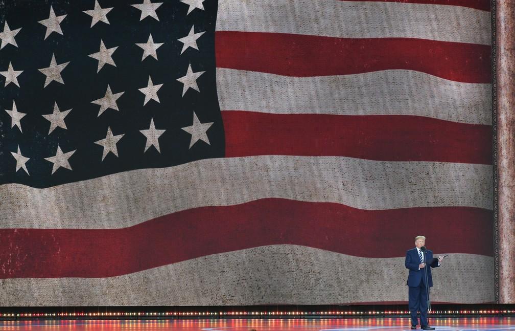"""O presidente americano, Donald Trump, fala durante celebrações do """"Dia D"""" nesta quarta-feira (5) em Portsmouth, na Inglaterra. — Foto: Mandel NGAN/AFP"""