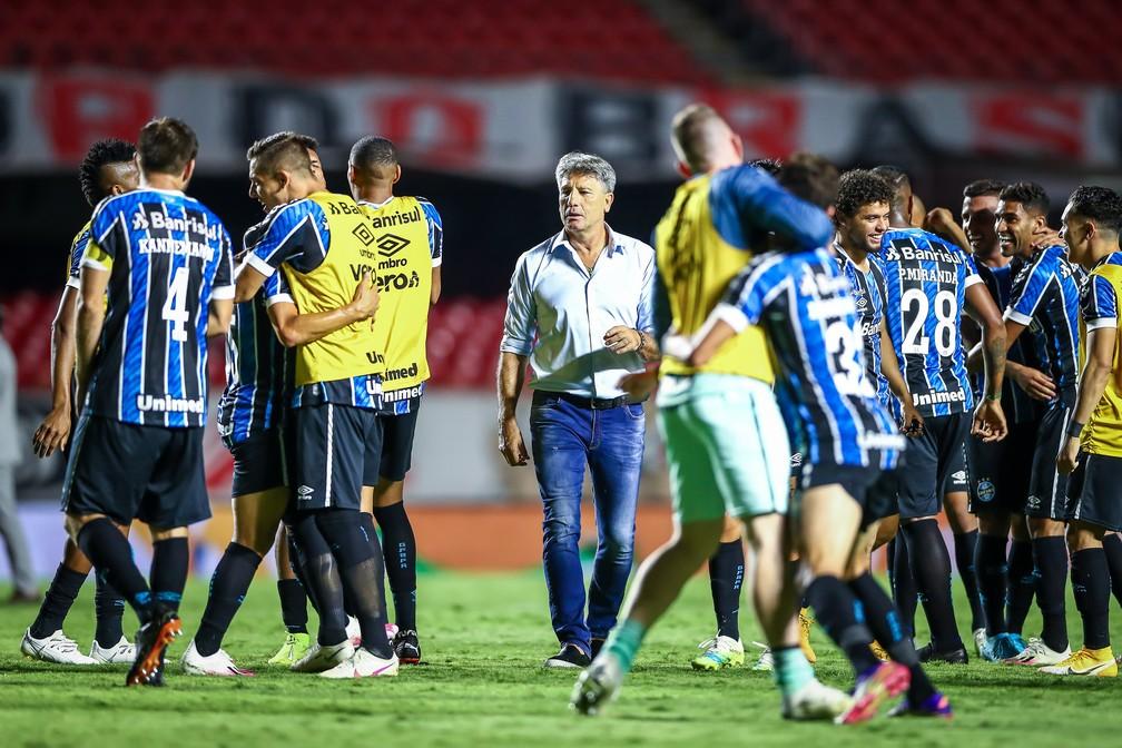 Técnico Renato Portaluppi em meio à festa dos gremistas no Morumbi — Foto: Lucas Uebel/DVG/Grêmio