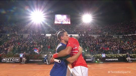 Djokovic sofre com baixinho argentino, mas vence e pega Nadal na decisão em Roma