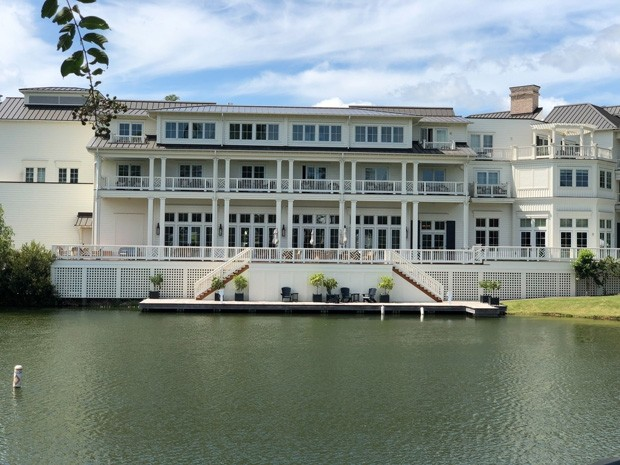 "Palmetto Bluff, SC  - *EXCLUSIVE*  - Take an exclusive inside look at the Montage Palmetto Bluff, the venue where Justin and Hailey Bieber are set to say their ""I dos"" again! This luxe riverside resort sits on a 20,000-acre property adjacent to the Atlant (Foto: MiamiPIXX / BACKGRID)"