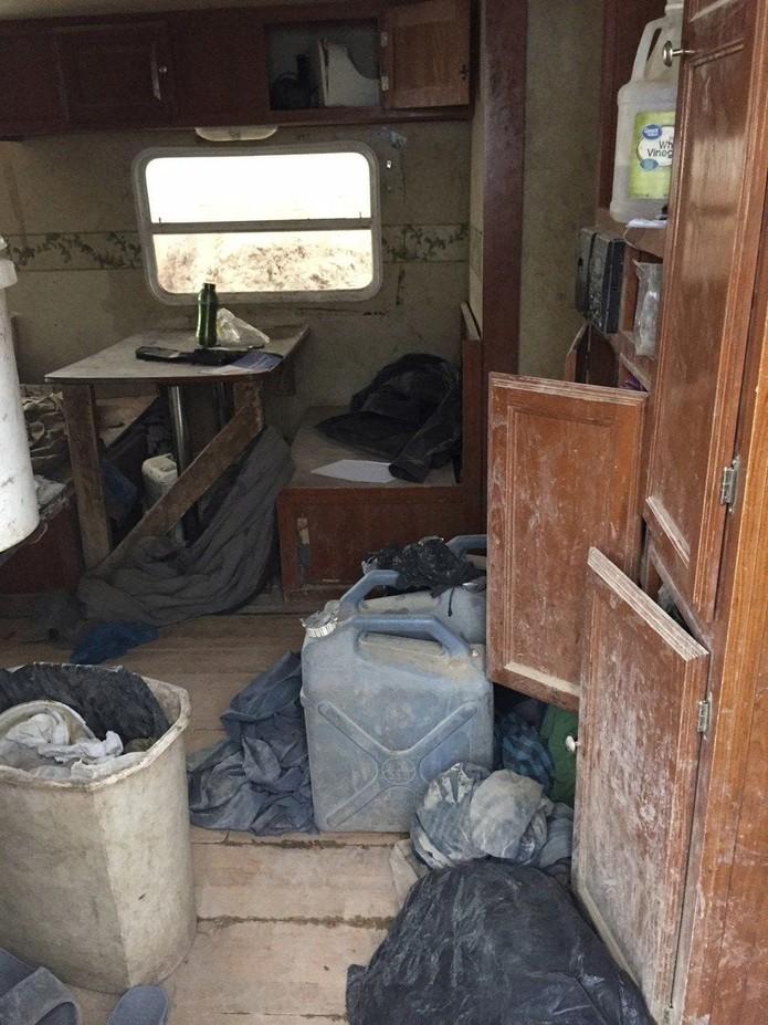 """Polícia diz que as crianças pareciam """"refugiadas do Terceiro Mundo"""" e viviam em um trailer semienterrado, sem água corrente e eletricidade (Foto: Handout/ Taos County Sheriff's Office/AFP)"""