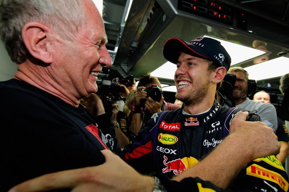 Consultor da RBR na Fórmula 1, Helmut Marko cumprimenta Sebastian Vettel após a conquista do tetra — Foto: Agência Getty Images