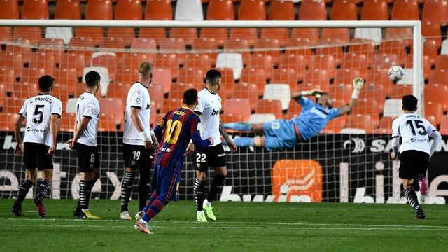 Messi cobra falta, a bola bate na trave esquerda de Cillessen e entra, no terceiro gol do Barcelona sobre o Valencia