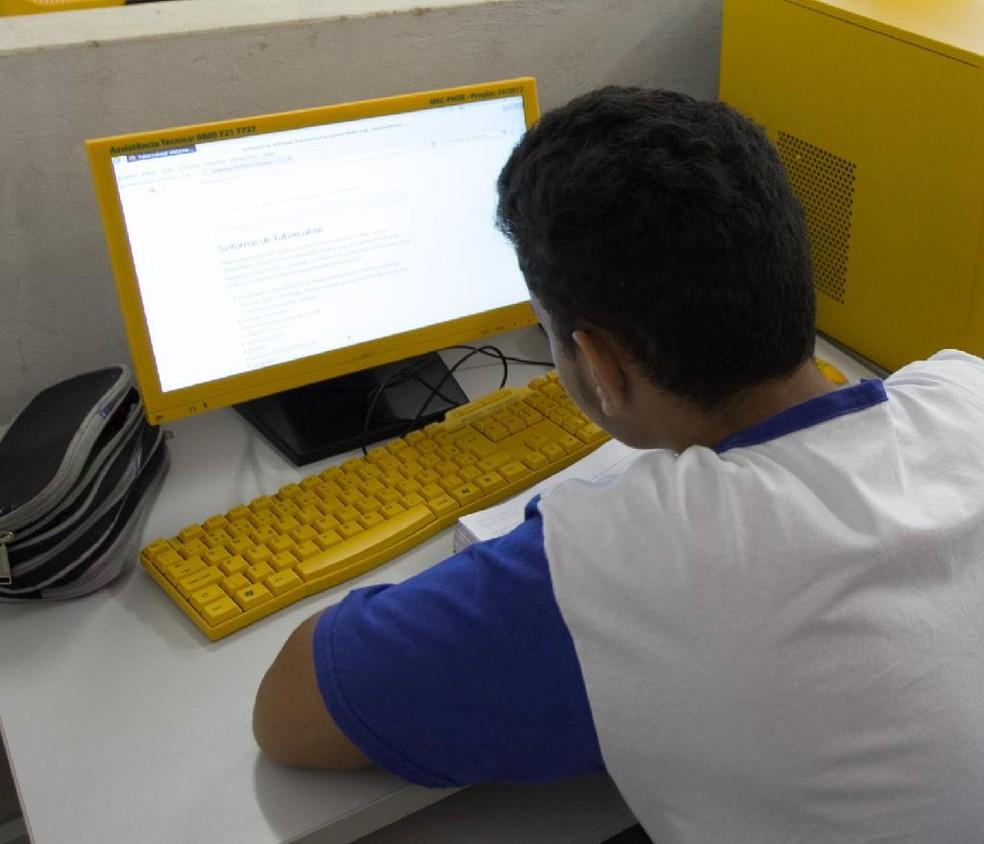 Durante suspensão das aulas, alunos estudam em casa — Foto: Seduc-MT/Divulgação