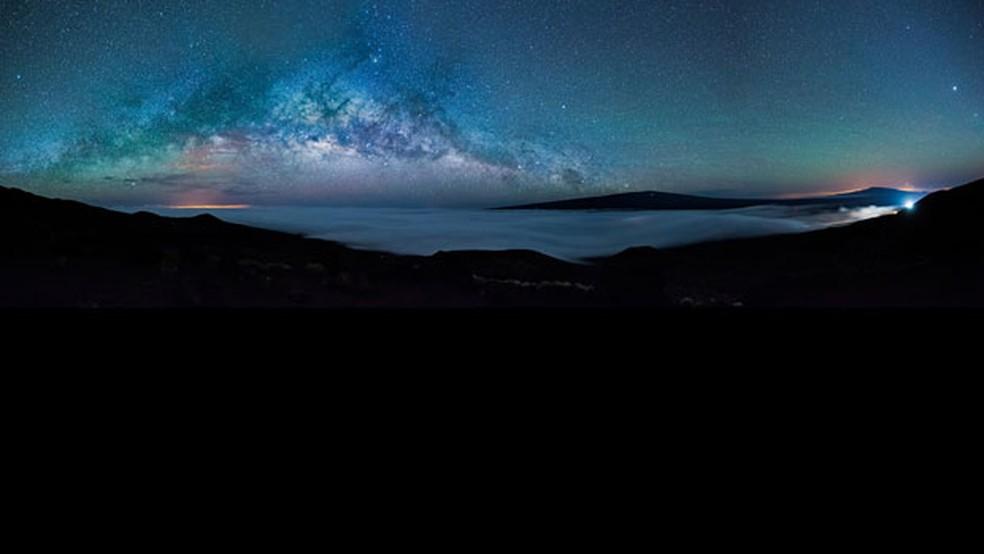 A fotografia da Via Láctea foi feita da montanha mais alta do Havaí, Mauna Kea (4.208 m), mostrando campos de lava da Ilha Grande. — Foto: Gianni Krattli/Observatório Real de Greewich