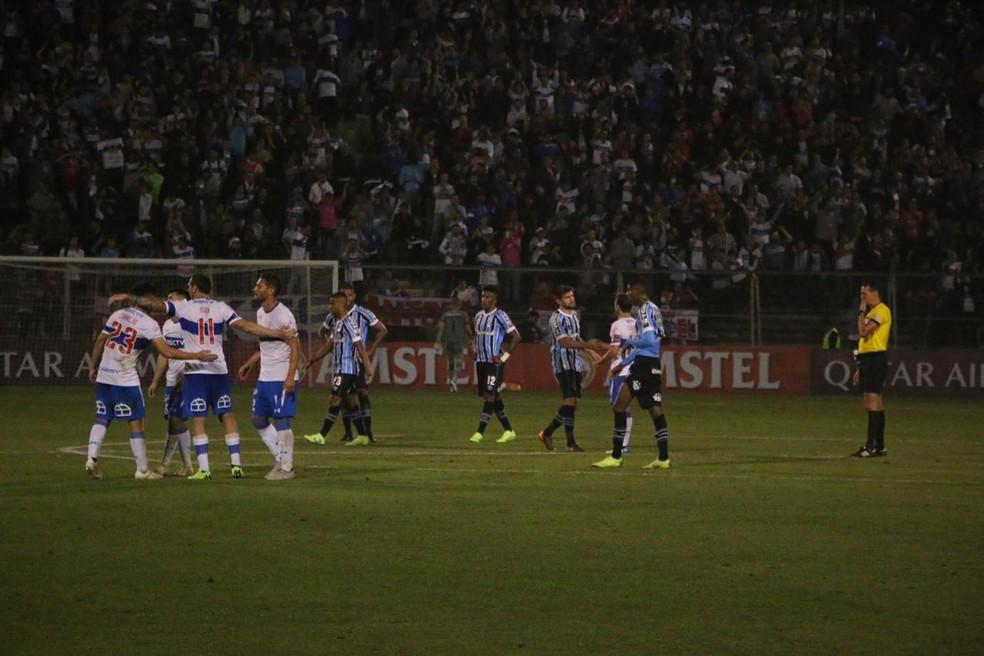 Jogadores da Universidad Católica comemoram vitória — Foto: Eduardo Moura / GloboEsporte.com