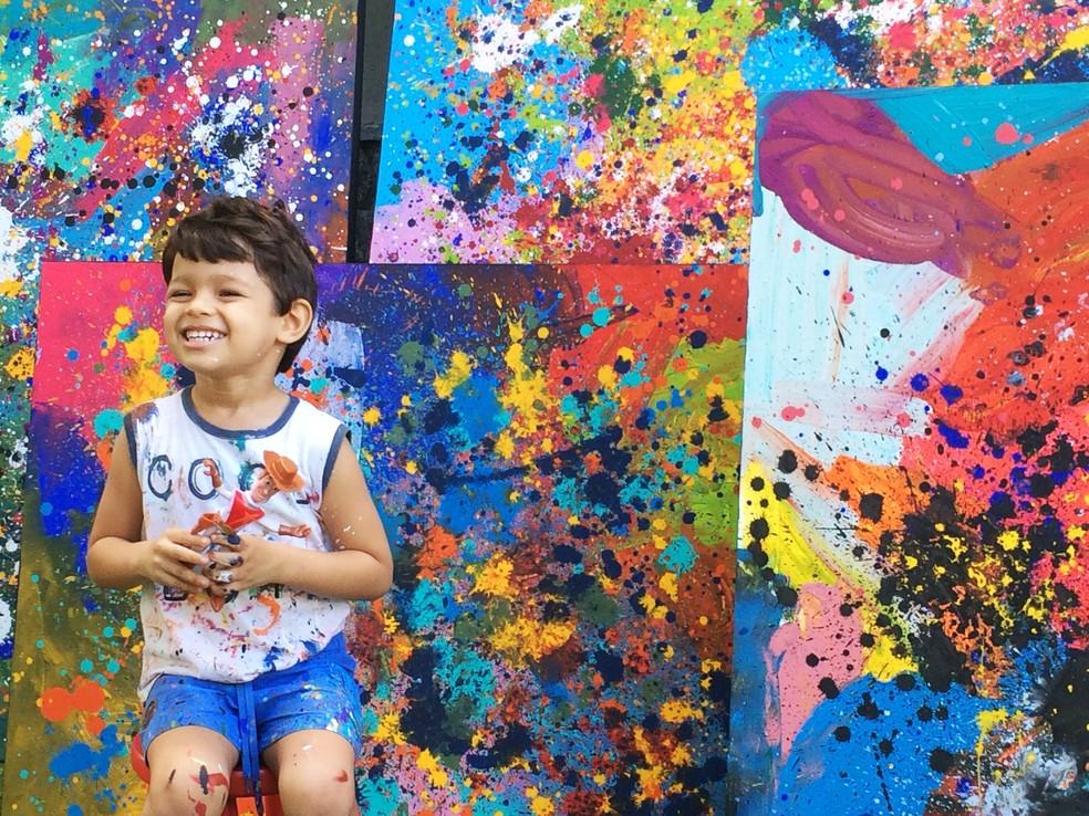 Mateus Rosa, de 3 anos, diagnosticado com autismo leve, hoje é artista plástico, na PB — Foto: Érica Ribeiro/G1