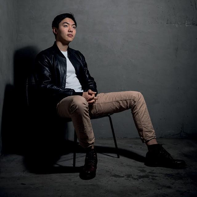 Aos 21 anos, Jeremy Cai é o fundador e o CEO da plataforma de e-commerce Italic. Restrita a sócios, oferece produtos de primeiríssima qualidade, desenhados e produzidos pelos mesmos fabricantes das roupas e acessórios das grifes mais sofisticadas. (Foto: Nancy Pastor/Polaris Images)
