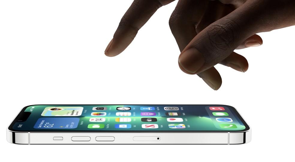 Linha do iPhone 13 está mais pesada e espessa — Foto: Divulgação/Apple