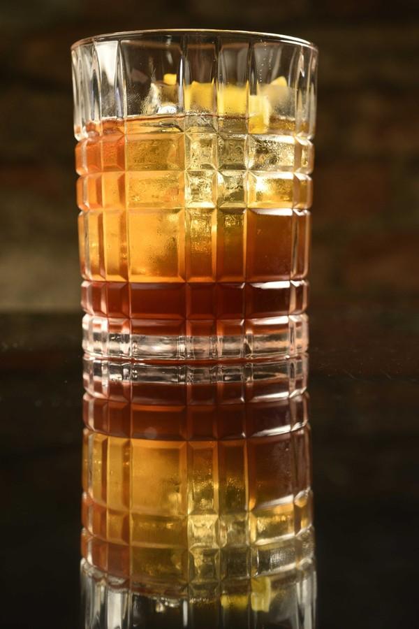 O Copan é feito com cachaça, vermute rosso, infusão de mel e coentro, finalizado com água de laranjeira (Foto: Bruno de Lima)