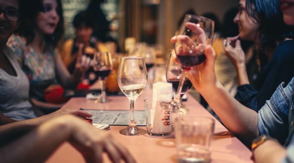 bar, boteco, mesa, amigos, happy hour (Foto: Reprodução/Pexels)