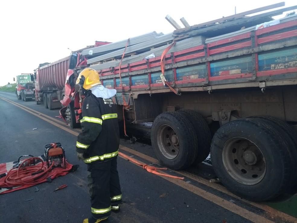 Caminhoneiro bateu na traseira de outro caminhão na BR-135 (Foto: Corpo de Bombeiros/ Divulgação)