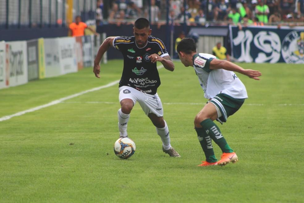 Atacante Gustavo Ramos sofreu lesão na região da face em partida contra o Luverdense — Foto: Samara Miranda/Remo