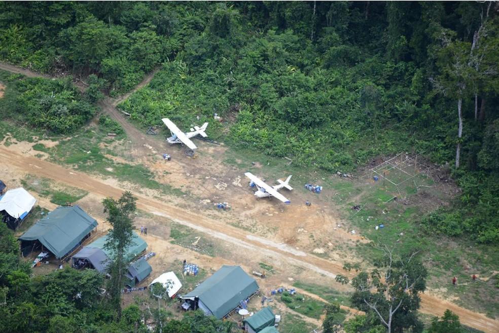 """""""Currutela"""" no alto Catrimani, além de pista de pouso clandestina, aeronaves dão suporte à atividade. — Foto: Divulgação/HAY"""