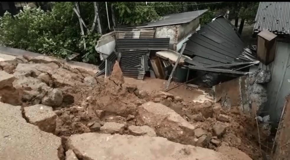 Muro desaba sobre casa com seis pessoas em Ariquemes — Foto: William Andrade/Rede Amazônica