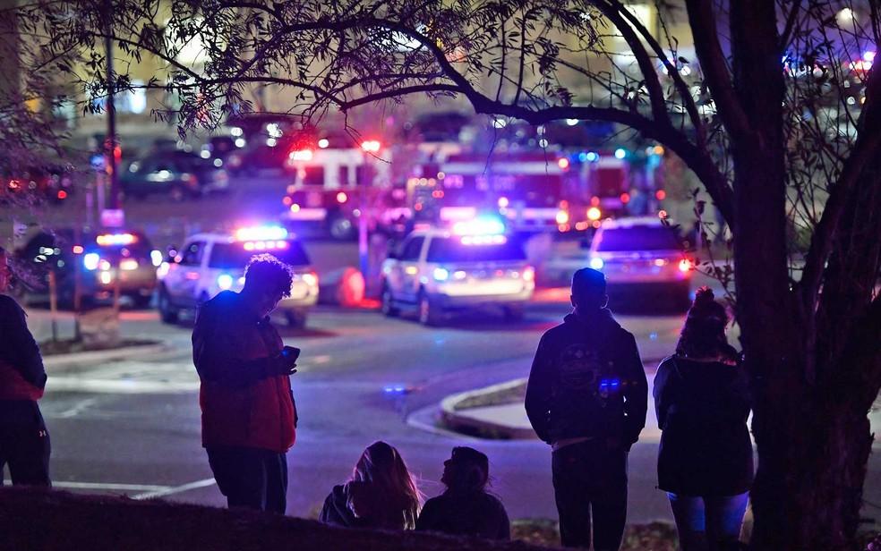 Pessoas observam a atividade policial em Thornton (Foto: Helen H. Richardson / The Denver Post / via AP Photo)