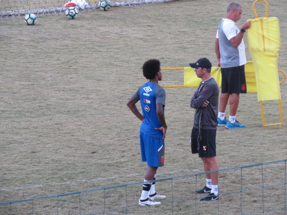Milton Mendes conversa com Alan durante treino do Vasco em Pinheiral (Foto: Felipe Schmidt)