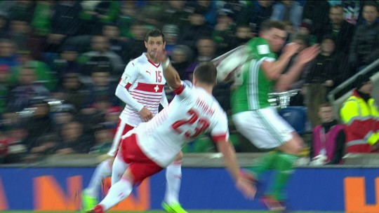 """Árbitro admite erro que tirou Irlanda do Norte da Copa: """"Triste e desagradável"""""""