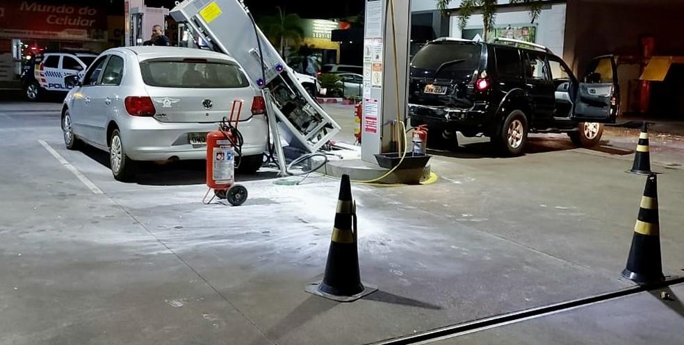 Veículo Pajero Sport só parou após bater em uma bomba de combustível do posto — Foto: Divulgação