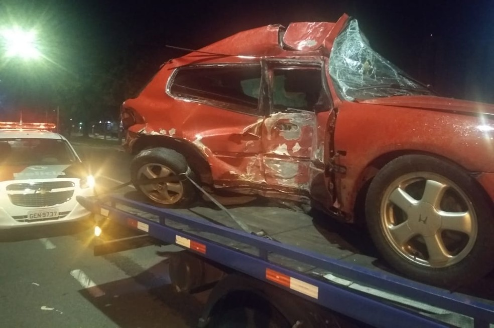 Passageira morre e motorista fica gravemente ferido após carro bater em poste — Foto: Polícia Militar/Divulgação