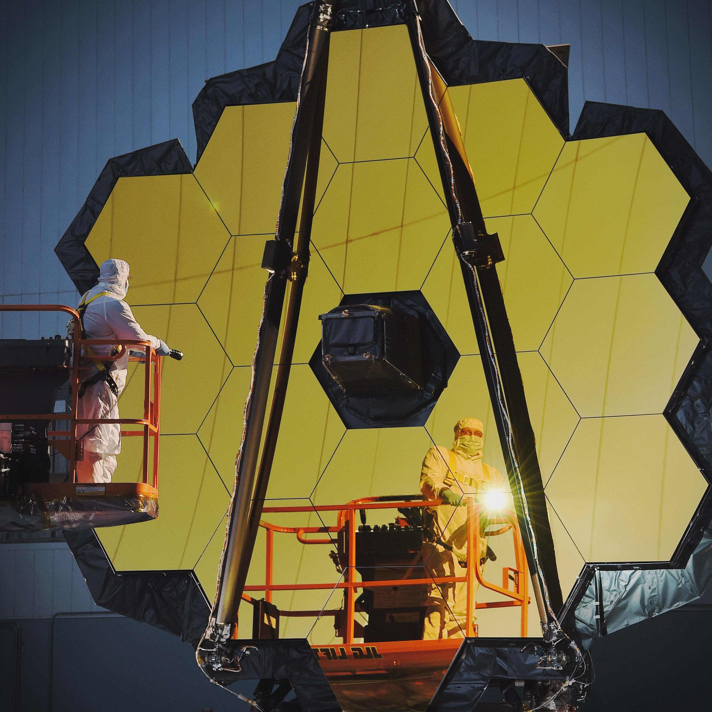 Cientistas trabalham no desenvolvimento do James Webb (Foto: Divulgação/NASA)