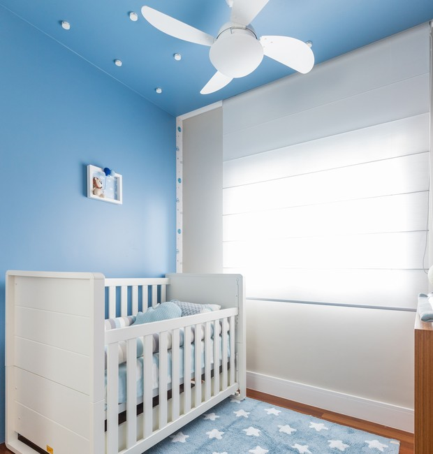 No quarto do bebê, o berço foi reaproveitado. O Piso de madeira é da Madel. Tapete da Betsy Decor. Quadrinho acervo da cliente. (Foto: Fernando Crescenti/Divulgação)