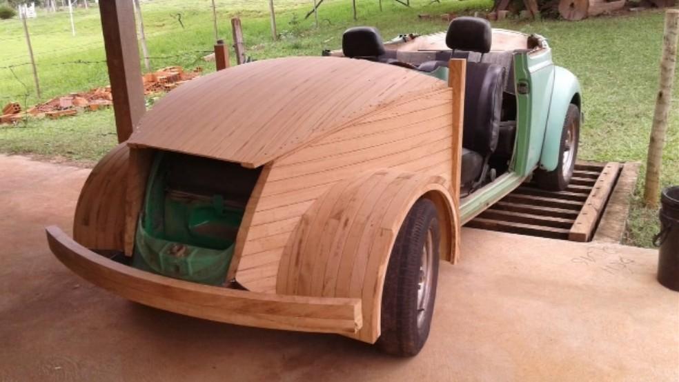 Luís construiu o carro a partir do chassi do fusca que trocou com uma prima  — Foto: Reprodução/TV TEM