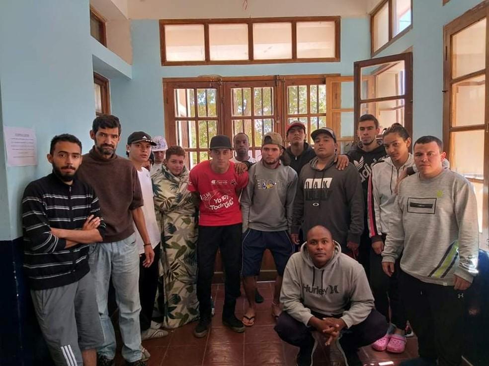 Torcedores do Independiente Medellín ficaram duas semanas isolados em escola de La Quiaca, na fronteira da Argentina com a Bolívia — Foto: Reuters