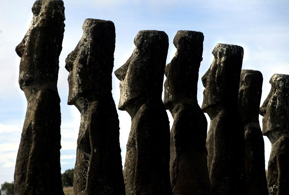 Estátuas Moai em Ahu Akivi, na Ilha de Páscoa, em imagem de 31 de setembro de 2003  — Foto: Carlos Barria/ Reuters