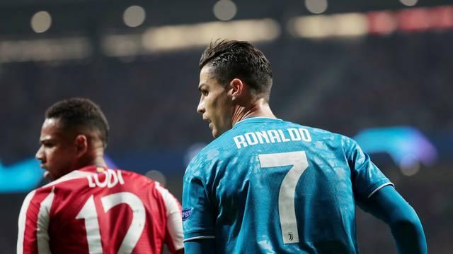 Renan Lodi acompanha Cristiano Ronaldo durante a partida