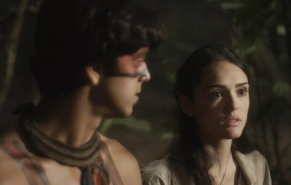 O espanto de Anna (isabelle Drummond) ao se deparar com Thomas (Gabriel Braga Nunes), na mata, em 'Novo Mundo' — Foto: TV Globo