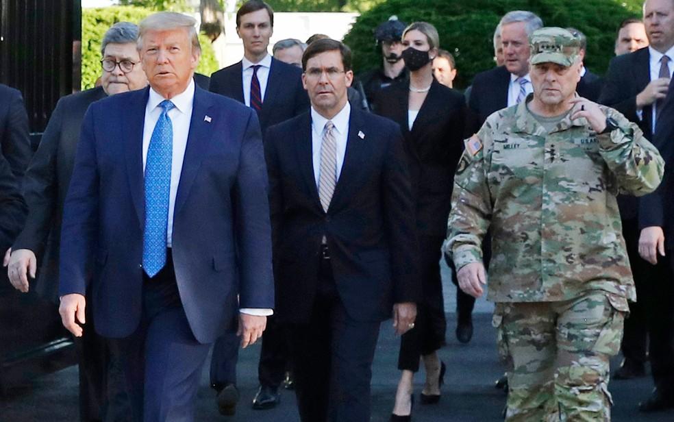 Fardado, o general Mark Milley (direita) acompanha o presidente Donald Trump e sua comitiva em caminhada até a igreja St. John, em Washington — Foto: Patrick Semansky/AP