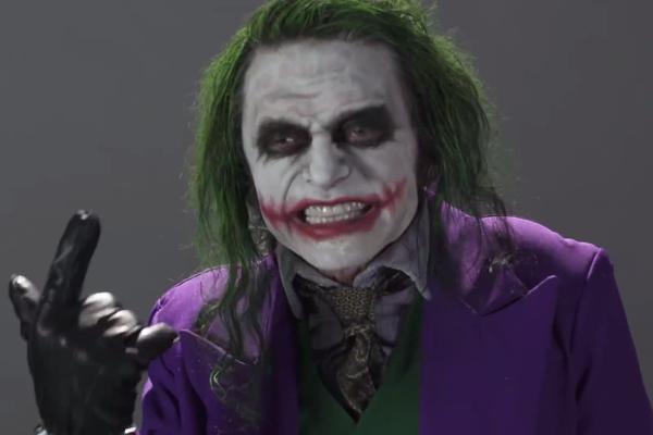 O ator Tommy Wiseau interpretando o vilão Coringa (Foto: Reprodução)