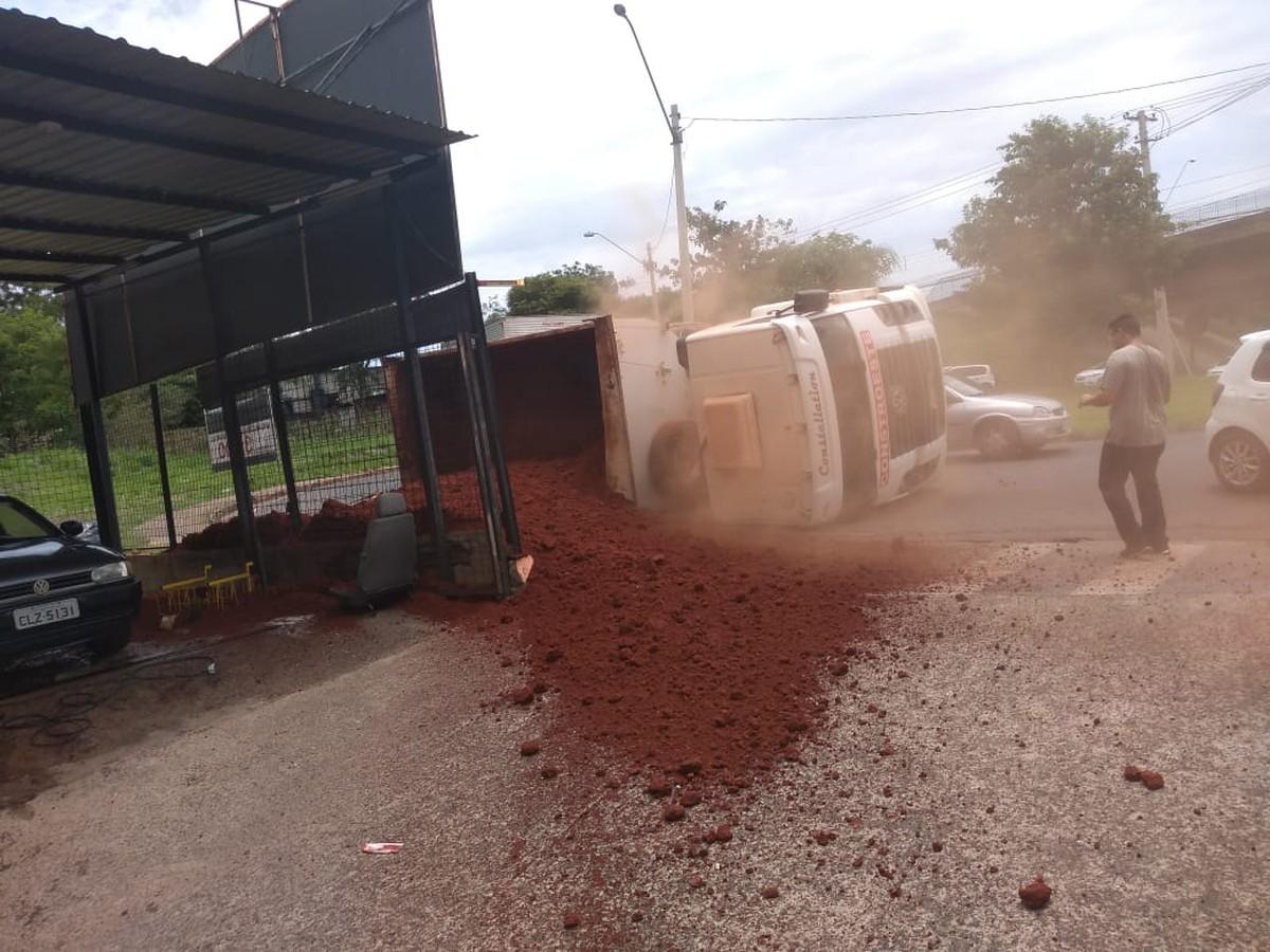 Caminhão carregado com terra tomba em rotatória de Rio Preto - G1