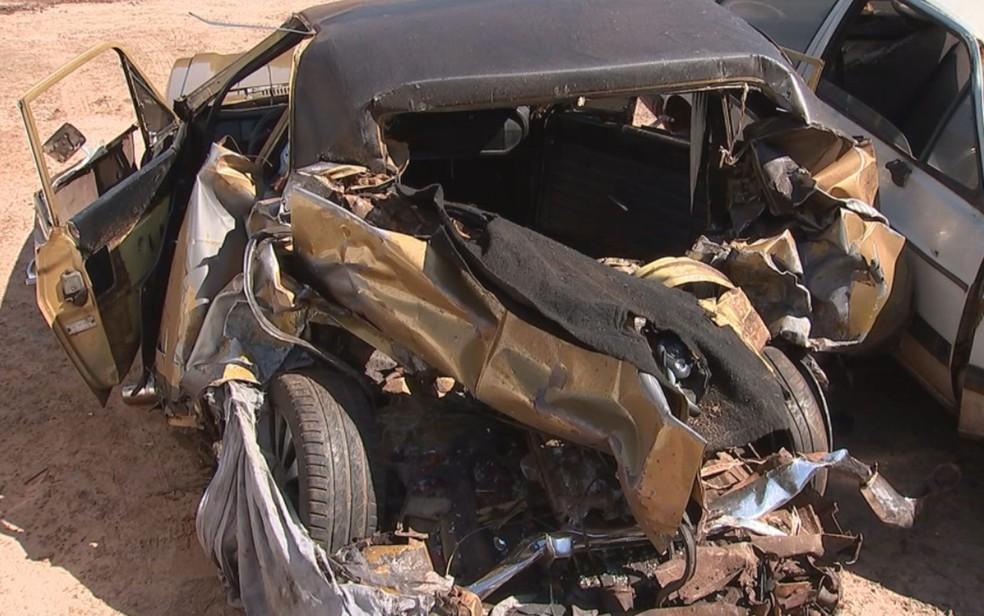 Carro onde estavam as vítimas ficou destruído — Foto: Osmir Gomes/TV TEM