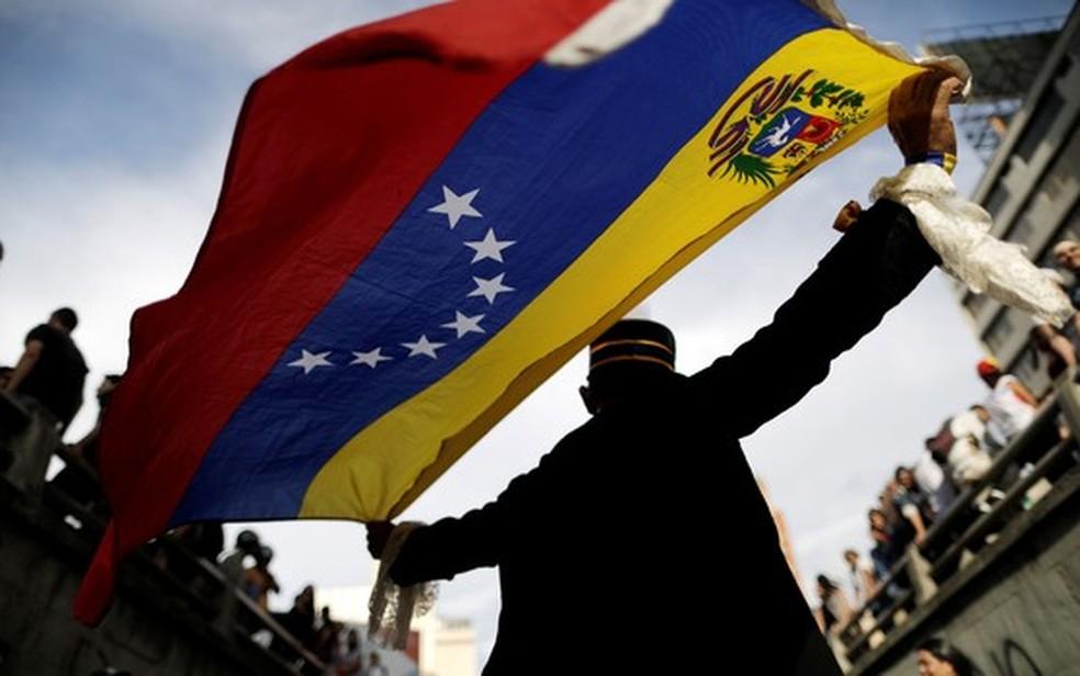 Manifestante participa de ato pelas vítimas de violência durante protestos contra o governo em Caracas, na Venezuela, em 24 de julho (Foto: Reuters/Ueslei Marcelino)