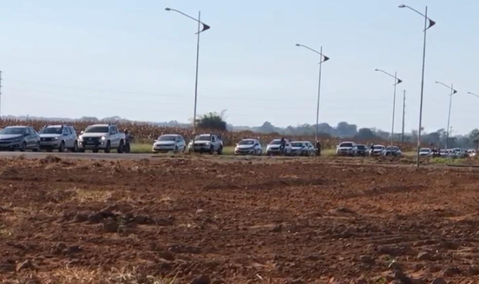Fila de carros se formou após caminhão-tanque pegar fogo — Foto: Reprodução