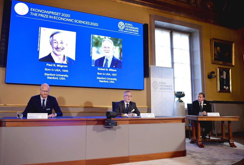 Academia sueca anuncia Nobel de Economia 2020 para Paul Milgrom e Robert Wilson (na projeção) — Foto: Anders Wiklund/TT/AP