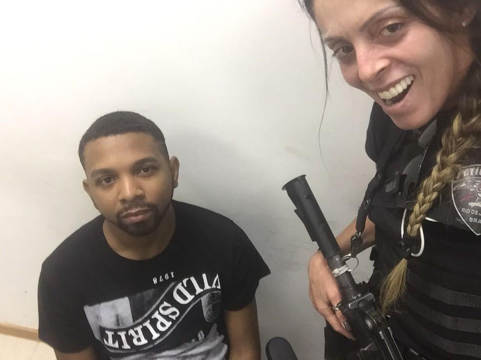 Armada de fuzil, policial posa ao lado de Rogério 157 (Foto: Redes sociais)