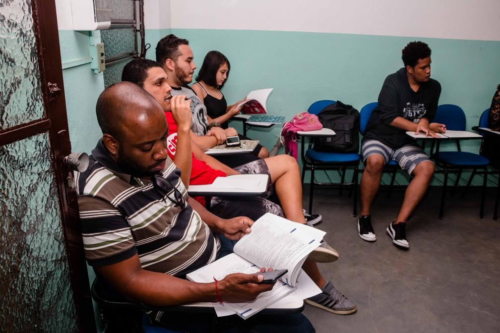 Moradores do Complexo do Alemão recebem as primeiras aulas de inglês dentro da comunidade (Foto: Reprodução / Redes Sociais)