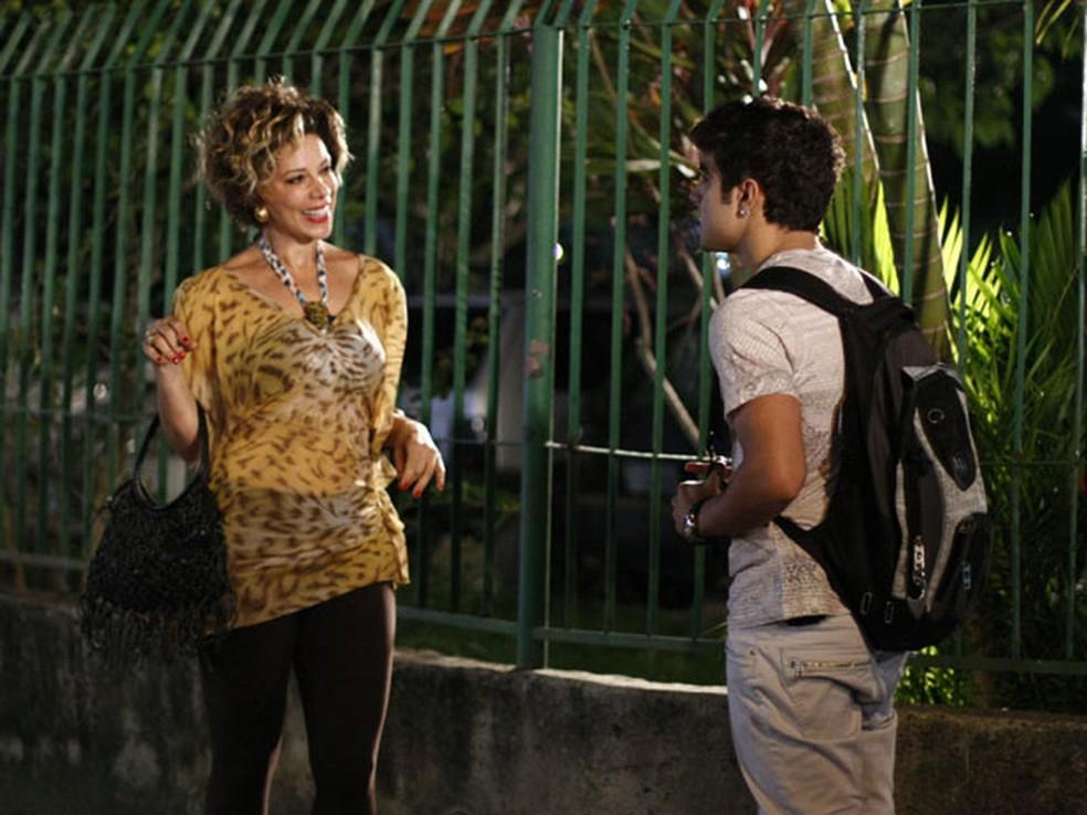 Antenor (Caio Castro) procura Mirna (Angela Vieira) e faz proposta em 'Fina Estampa' — Foto: Globo