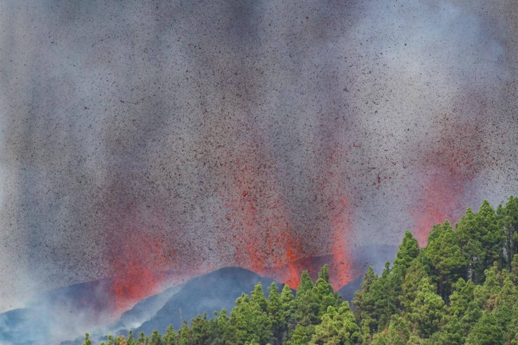 Lava e fumaça sobem após a erupção de um vulcão no parque nacional Cumbre Vieja em El Paso, nas ilhas Canárias de La Palma — Foto: Borja Suarez/Reuters
