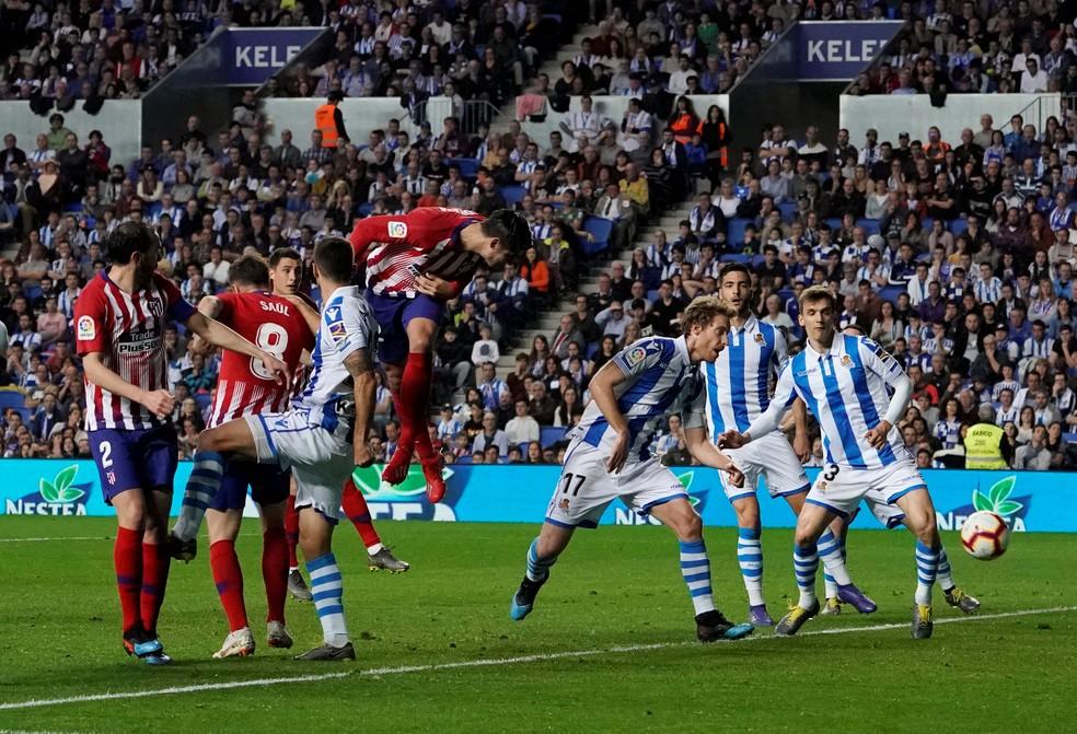 Morata cabeceia com estilo pelo Atlético de Madrid contra a Real Sociedad no segundo gol — Foto: REUTERS/Vincent West